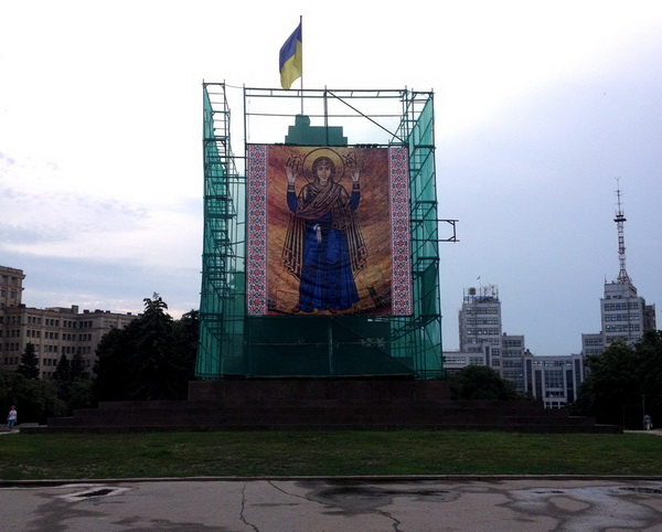 2015 08 kharkiv-empty-plinth-crop